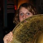 Costumière de talent du Poil O'Brass Band, Momo est en train de battre un record en tricotant un bonnet à chaque musicien pour le costume d'hiver. N'oublions pas qu'elle est multitâches car elle est également notre secrétaire et joue aussi du Souba et de la percu !
