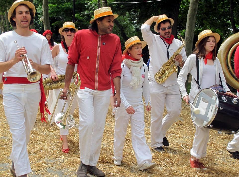 Déambulation du Poil'O Brass Band avec ses Pompom girls