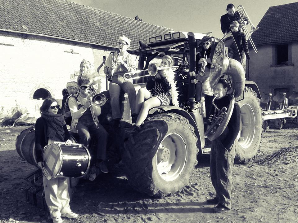 La fanfare Poil'O Brass Band sur son tracteur