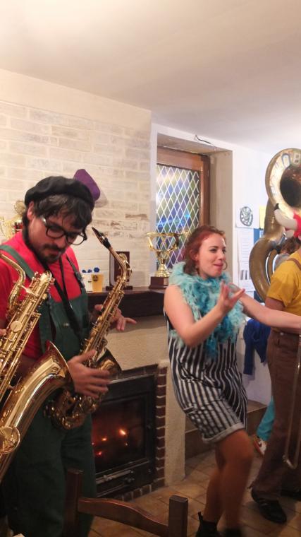 Mathilde se déhanche sur le groove du Poil'O Brass Band