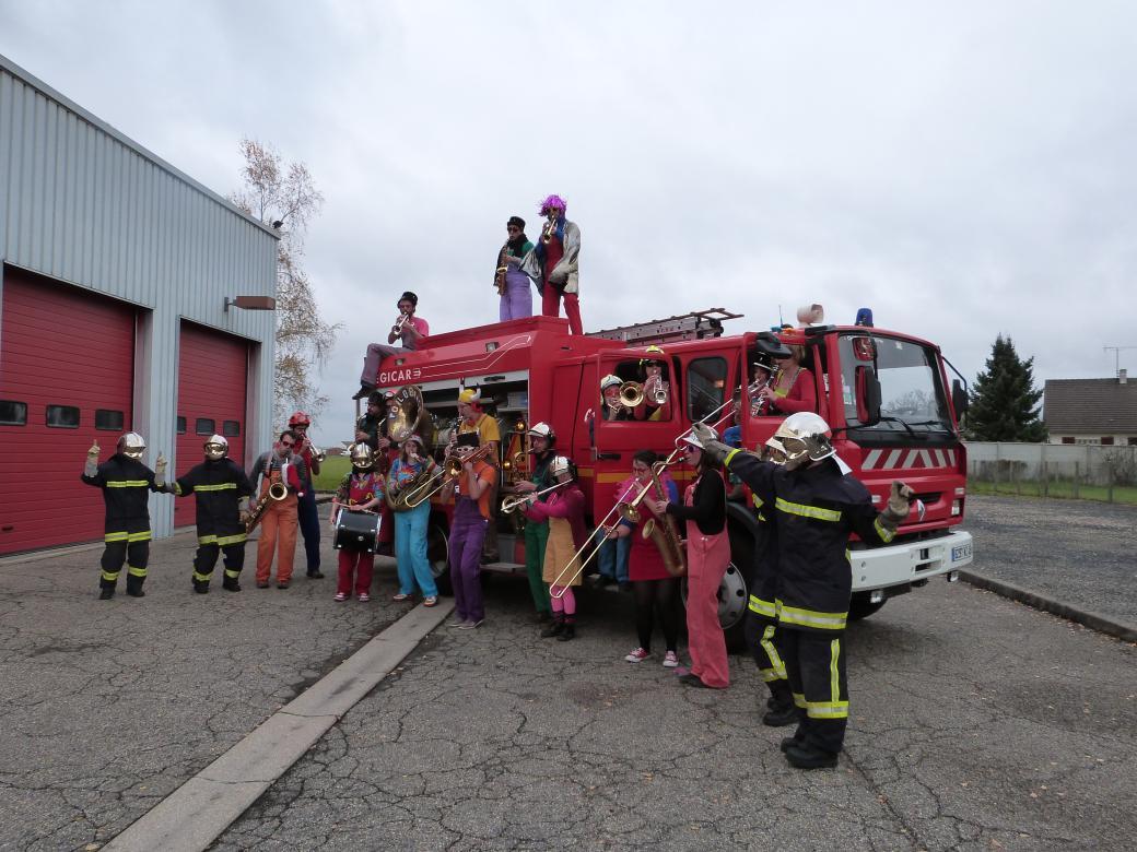 Les pompiers dansent avec le Poil'O Brass Band
